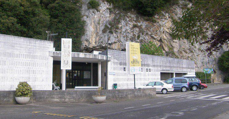 Entrada a las Cuevas de Tito Bustillo en Asturias (Fuente: Roberto Lumbreras / Flickr)