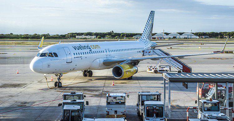Vueling ha lanzado descuentos en más de 60 rutas para consolar a los fans de 'La Roja' (iStock)