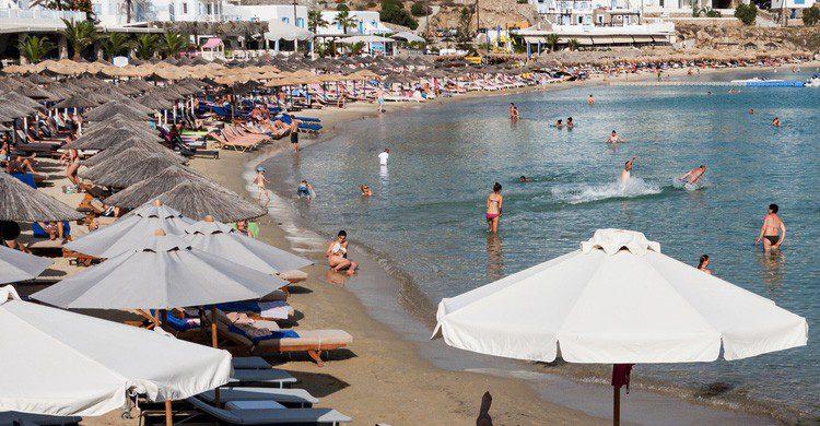 Playa de Platy Gialos en Mykonos, Grecia (Fuente: iStock)