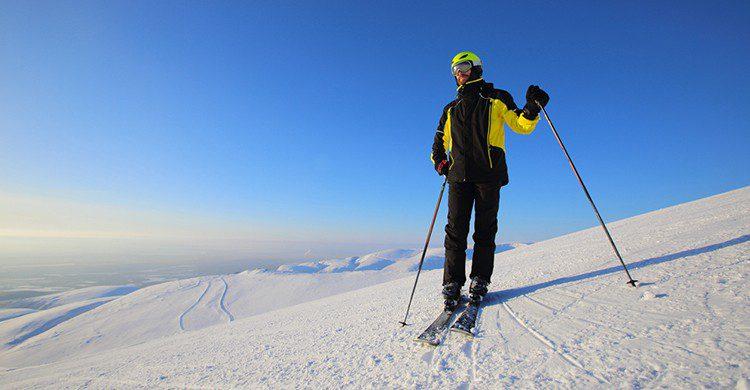 Un hombre esquiando (iStock)