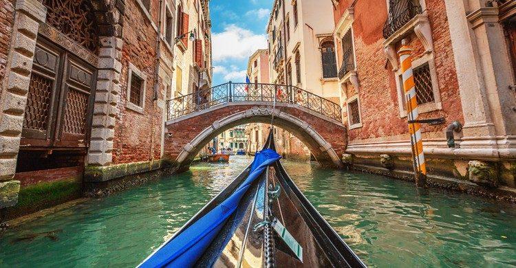 No hay nada más romántico que pasear en góndola por Venecia. (iStock)