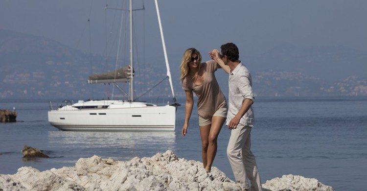 Pareja de enamorados disfrutando de la playa en su descanso del velero (GlobeSailor).