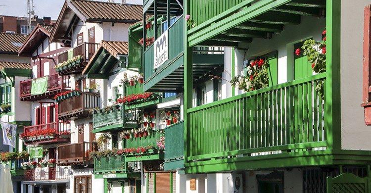 Coloridas fachadas en Hondarribia (Istock).