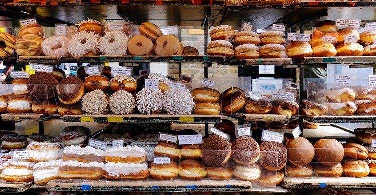 Filas de rosquillas en un puesto de mercado (Istock).