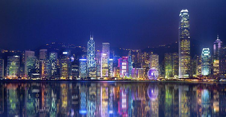 Vistas en la noche de la isla de Hong Kong(Istock)