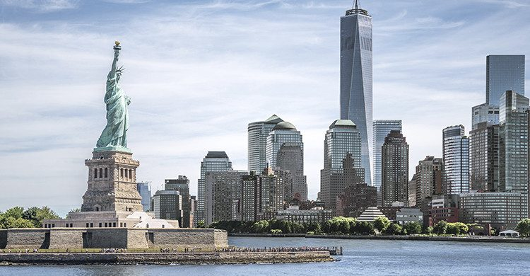 La estatua de la libertad con el fondo de One World Trade Center(Istock)