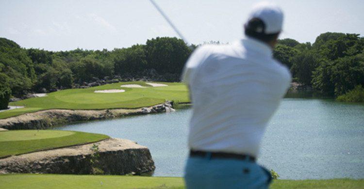 Combinar vacaciones en espacios paradisíacos como elCaribe y la práctica de golf (Bahía Príncipe)