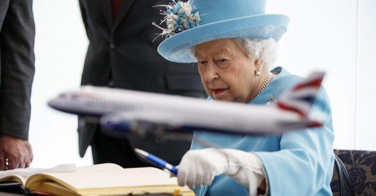 La reina de Inglaterra y los aviones (gtres)