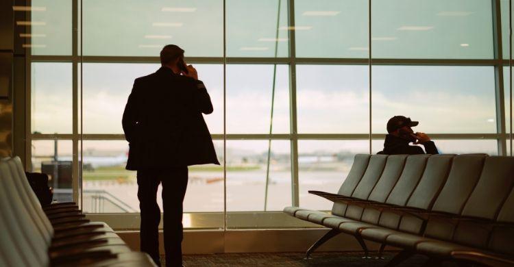 Solicita información a la aerolínea sobre las causas del retraso (Unplash)