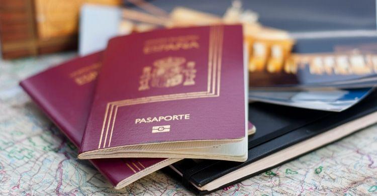 Pasaporte y otra documentación (iStock)