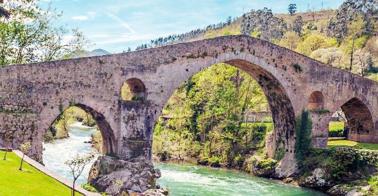 Puente de piedra en Cangas de Onís (Istock)